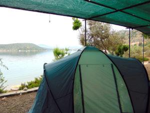Camping im Kuppelzelt direkt an der Wasserlinie - im Nordosten des Peloponnes